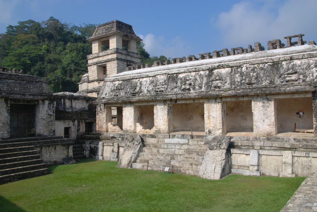 Um den Palastturm erstreckt sich ein Geflecht aus Höfen, Galerien und Innenräumen