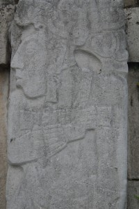 Stein- und Stuckreliefs vermitteln einen Eindruck der Kultur der Maya