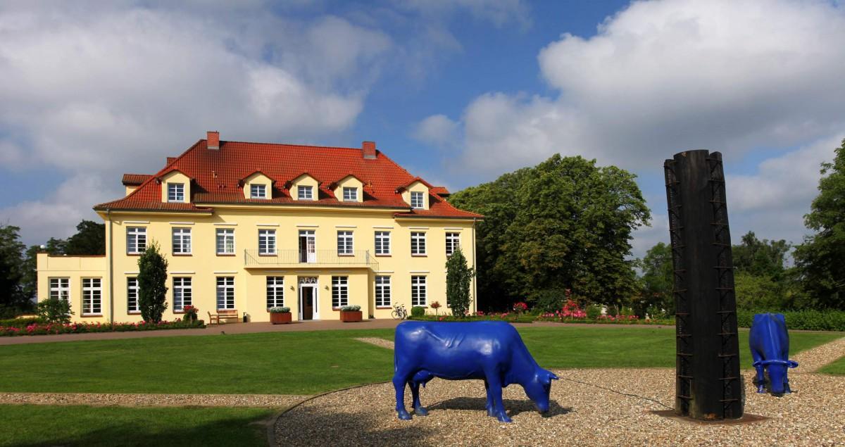 Gutshaus Grammelin mit Kunstinstallation; Foto: Andre Hamann