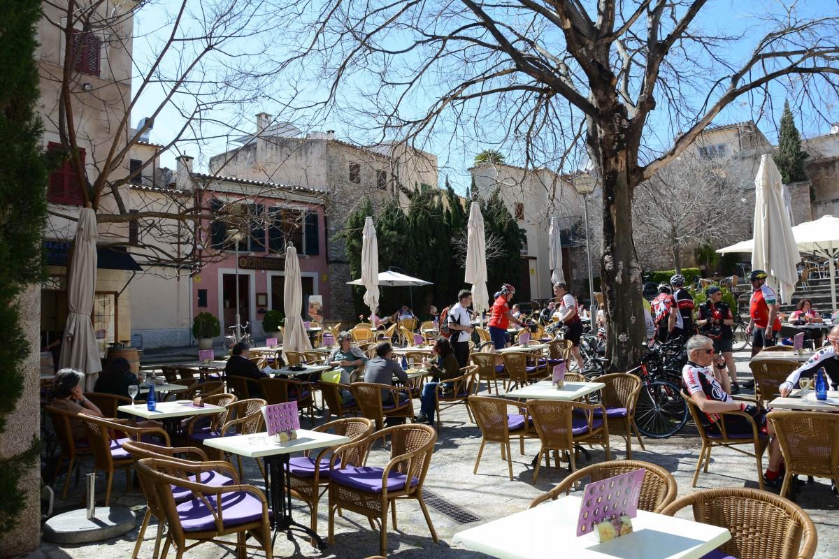 Die Cafes auf den Plätzen von Pollenca sind vor allem voll mit Radlern, die hiier ihre Pause einlegen
